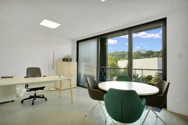 Un de nos bureaux fermés dans notre espace de coworking proche du lac d'Annecy