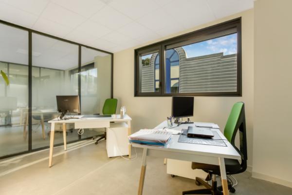 Un de nos bureaux fermés au sein de notre espace de coworking sur Annecy